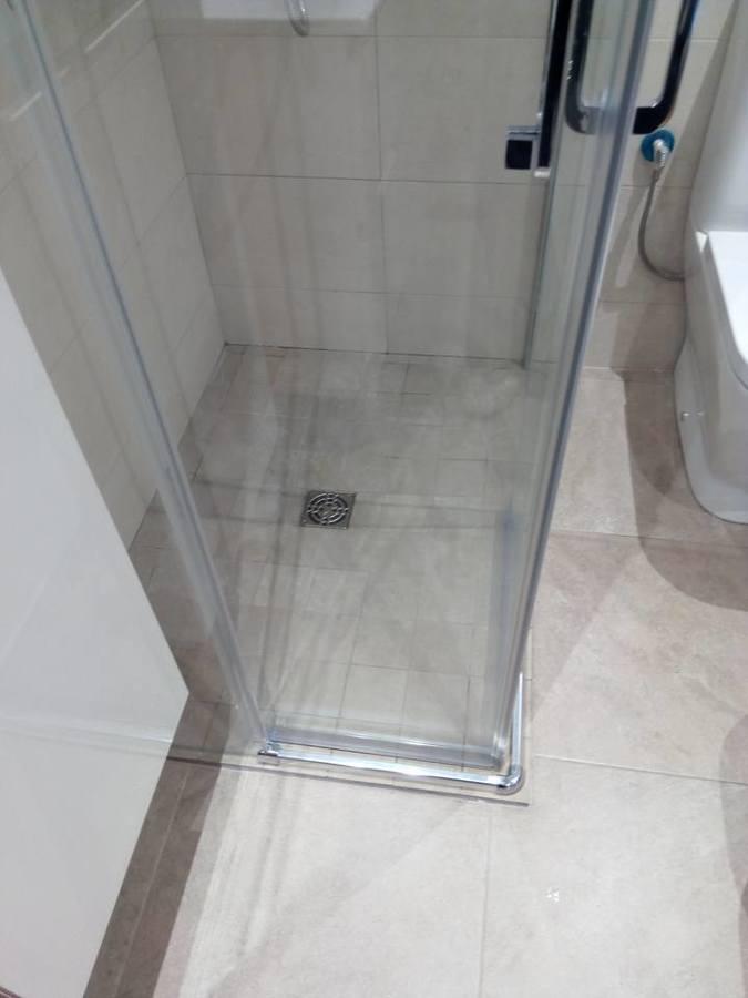 plato de ducha de obra mismo material al pavimento