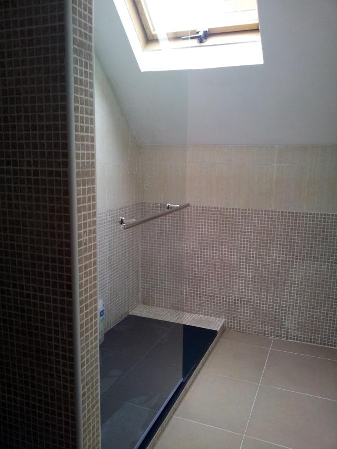 Foto plato de ducha por ba era en buhardilla 3 d as de - Banos en buhardillas ...