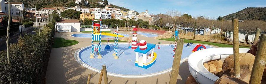 Playa de piscina y zona de tumbonas