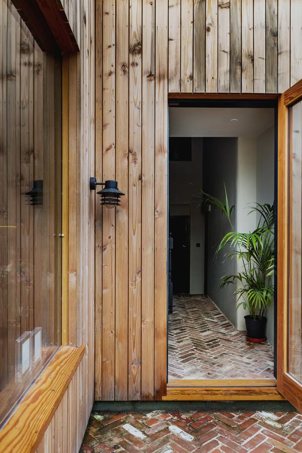 Vivir en claroscuro una casa con luz y profundidad for Casas con tablillas