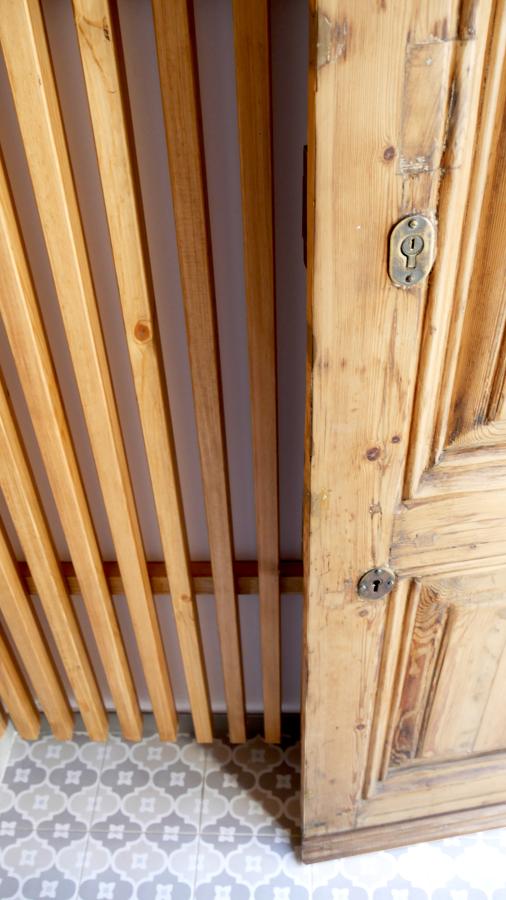 Porta d'accés a l'habitatge restaurada.