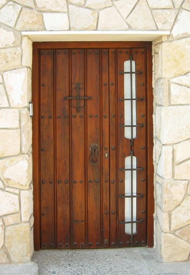 Portón rústico de madera