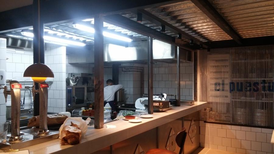 Preparación de cerramiento de cocina con ventanas guillotina en hierro y vidrio armado