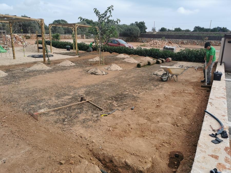 Preparación de la tierra e instalación de riego