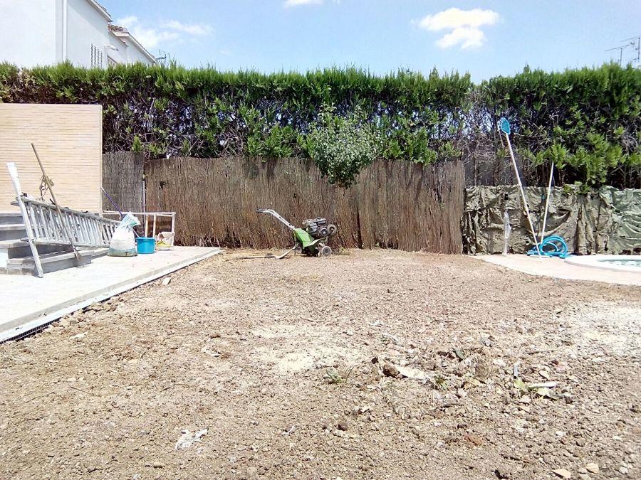 Foto preparaci n del terreno de abril piscinas y jardines for Preparacion de jardines