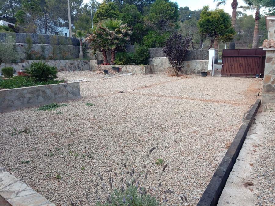 Preparación del terreno con gravilla para un buen drenaje