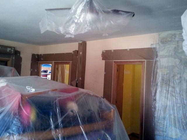 Preparacion para aplicacion  de pintura decorativa en salon