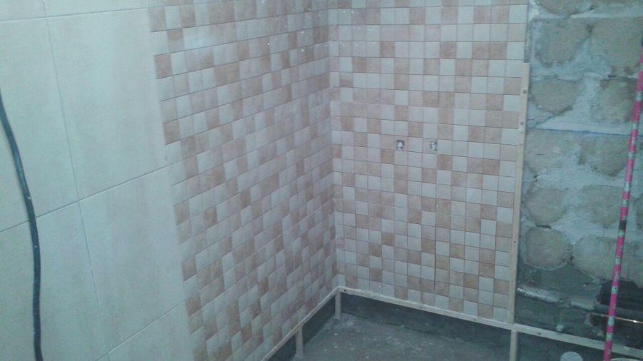 Proceso de alicatado de paredes