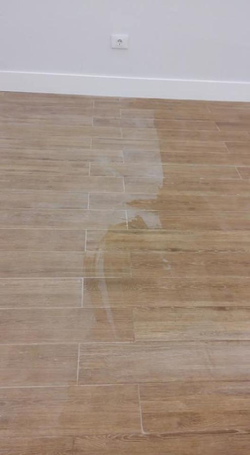 Proceso de limpieza del suelo de la galería