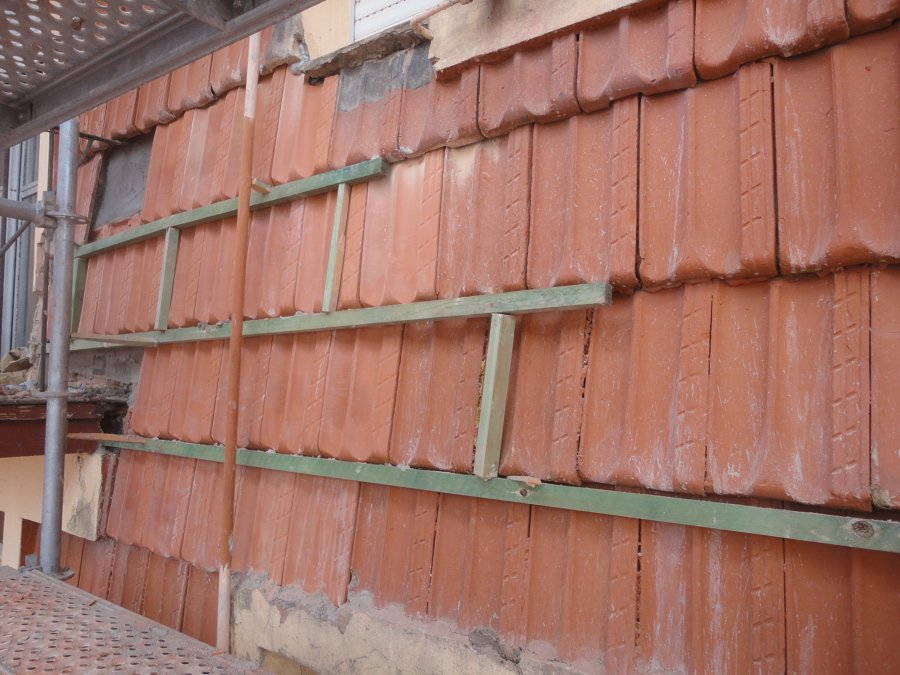 Proceso de reconstrucción del revestimiento de teja.