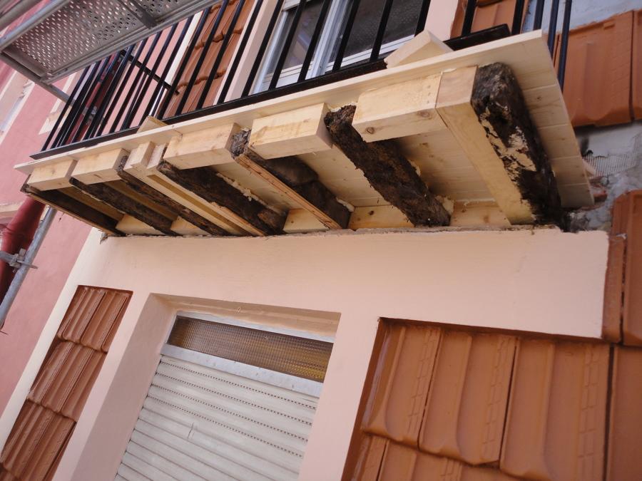 Proceso de refuerzo de estructura de los suelos de los balcones.