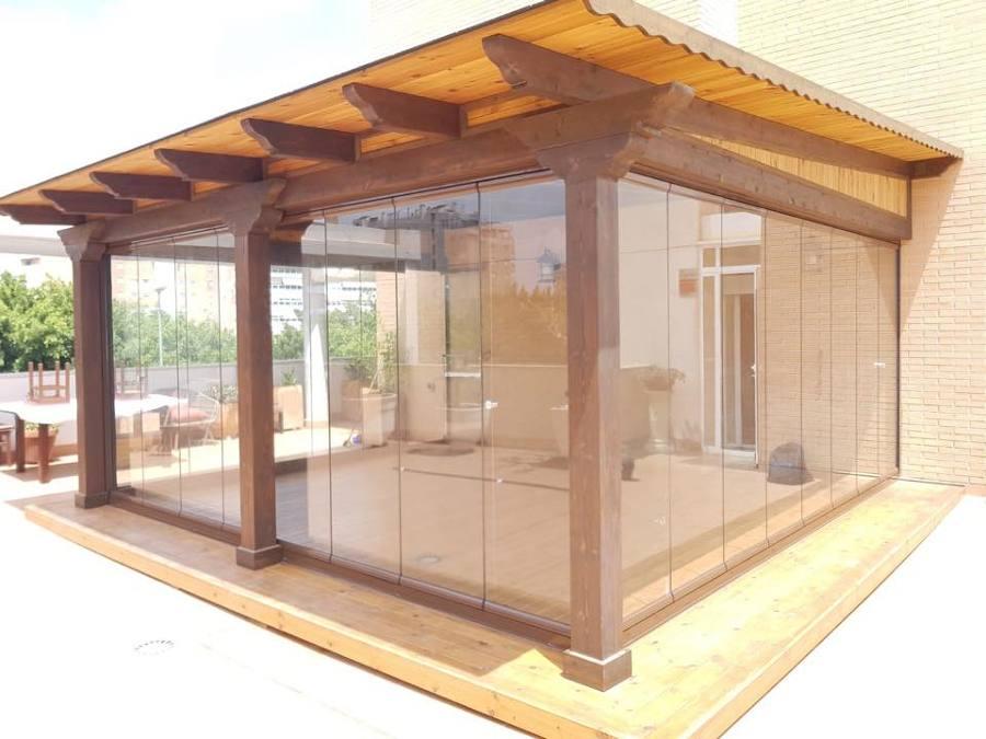 Proche de madera acristalado con cortinas de cristal
