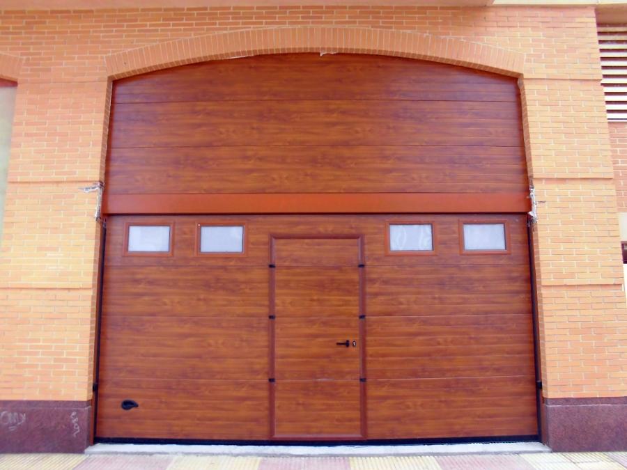 Conjunto de puerta seccional con peatonal integrada y for Dintel de madera