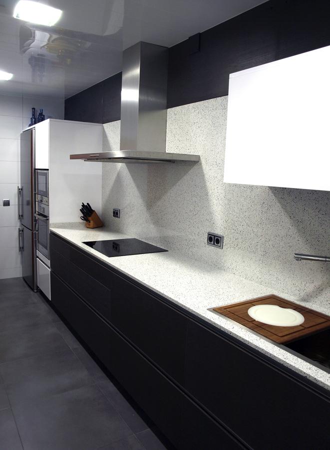 Foto proyecto cocina eilin gris blanca 3 de decuina for Proyecto cocina