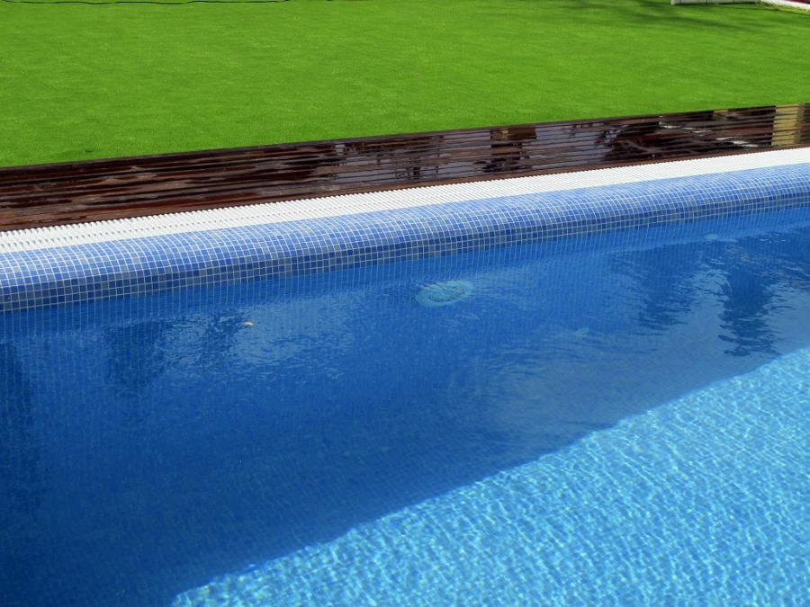 Proyecto de exteriorismo con c sped artificial y tarima de for Proyecto de piscina