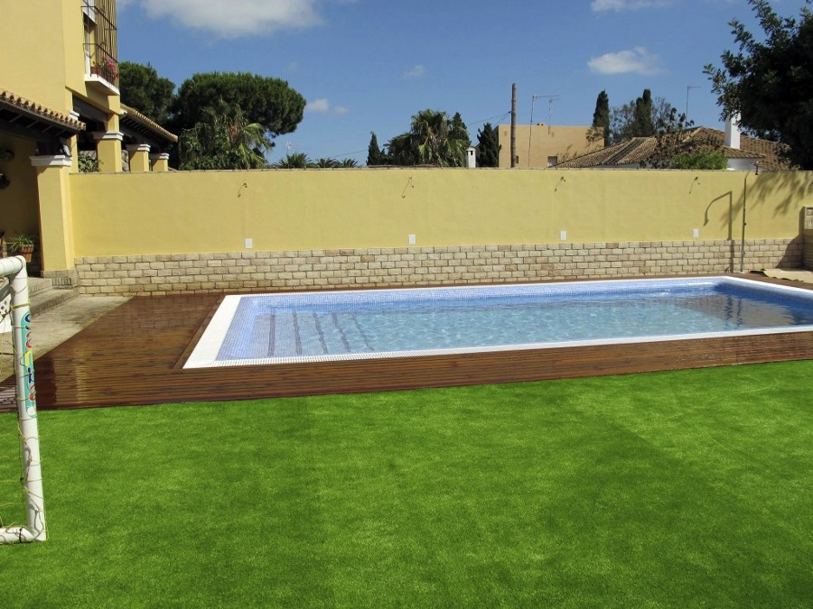 Foto proyecto de exteriorismo con c sped artificial y - Barbacoas de obra para jardin ...