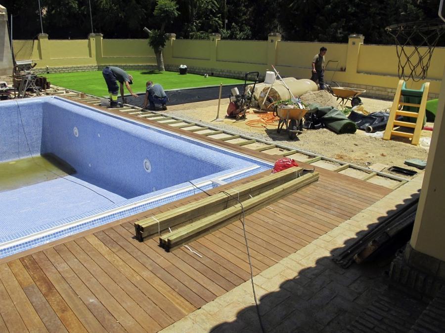 Foto proyecto de exteriorismo con c sped artificial y for Proyecto de piscina
