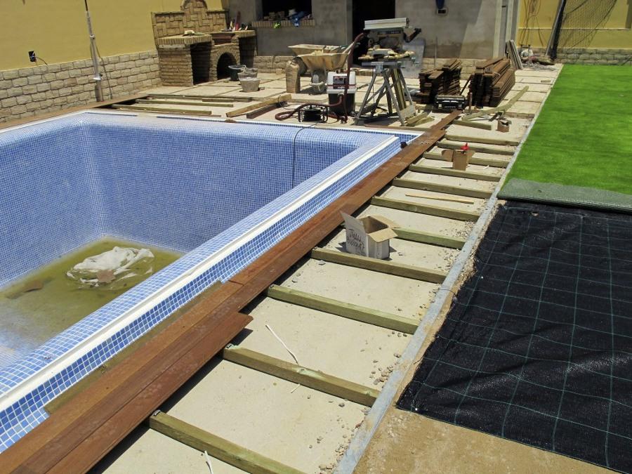 Foto proyecto de exteriorismo con c sped artificial y - Tarima para piscinas ...