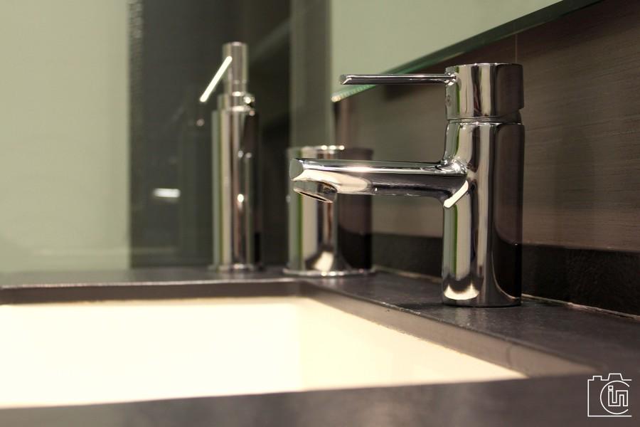 Baño Pequeno Suelo Oscuro:Foto: Proyecto Reforma Cuarto de Baño en Valencia de P&p Arquitectos