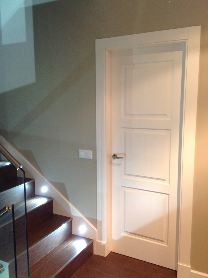 Foto puerta 3 cuadros lacada blanco con plintos de bordon - Precio lacar puertas en blanco ...