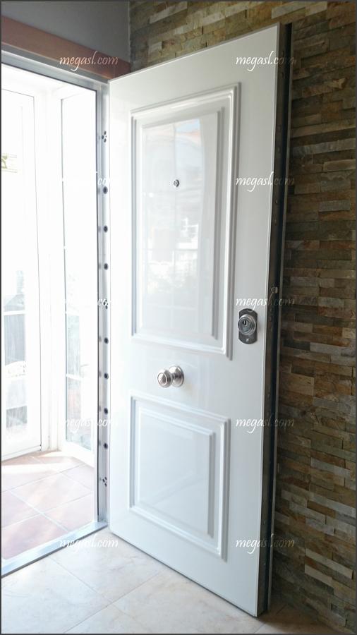 Puerta de entrada de seguridad acorazada en madrid for Puerta blindada blanca