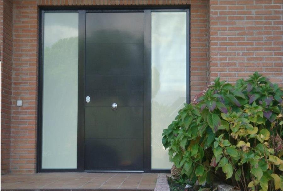 Puerta Acorazada con dos fijos de cristal blindado, decorada en aluminio lacado