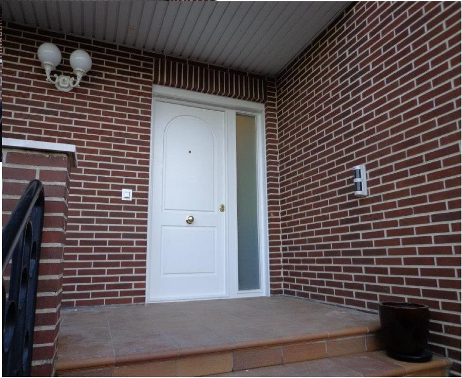 Puerta Acorazada con fijo lateral de cristal blindado. Lacada en blanco en madera hidrofuga