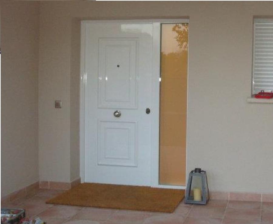 Puerta Acorazada con fijo lateral estilo clásico.