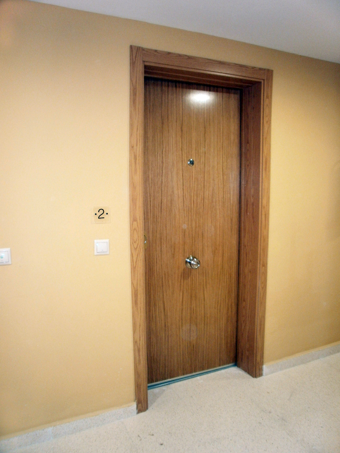 Foto puerta acorazada en roble de mega s l 196757 habitissimo - Puerta acorazada madrid ...