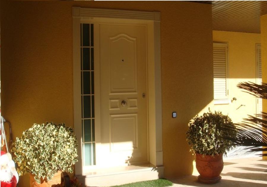 Puerta Acorazada modelo clásico con tapajuntas especiales.