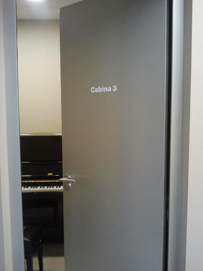 Puerta acústica en aulas pequeñas