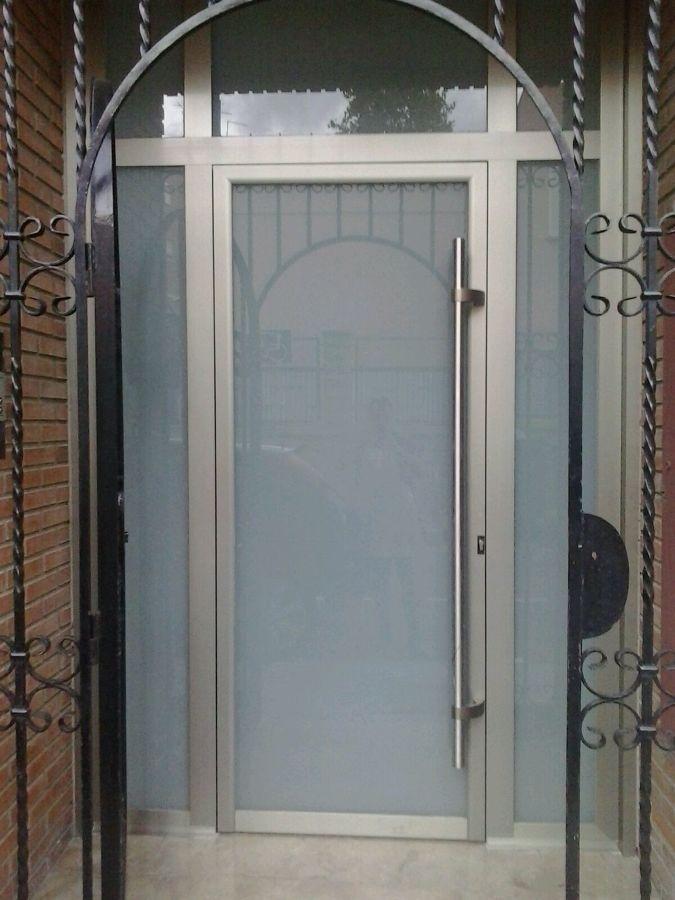 Foto puerta aluminio con cristal de seguridad entrada for Puerta entrada aluminio