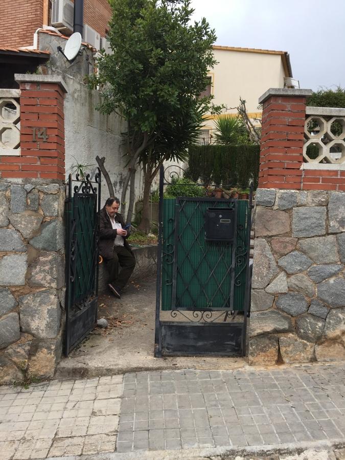 Puerta antes del cambio, tomando medidas con el cliente