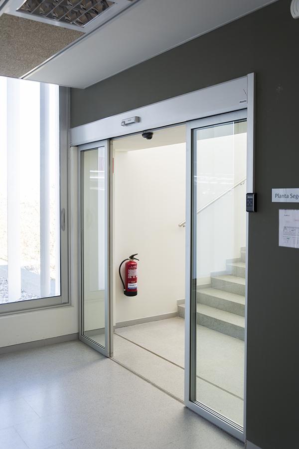 Puerta automática de cristal con perfileria