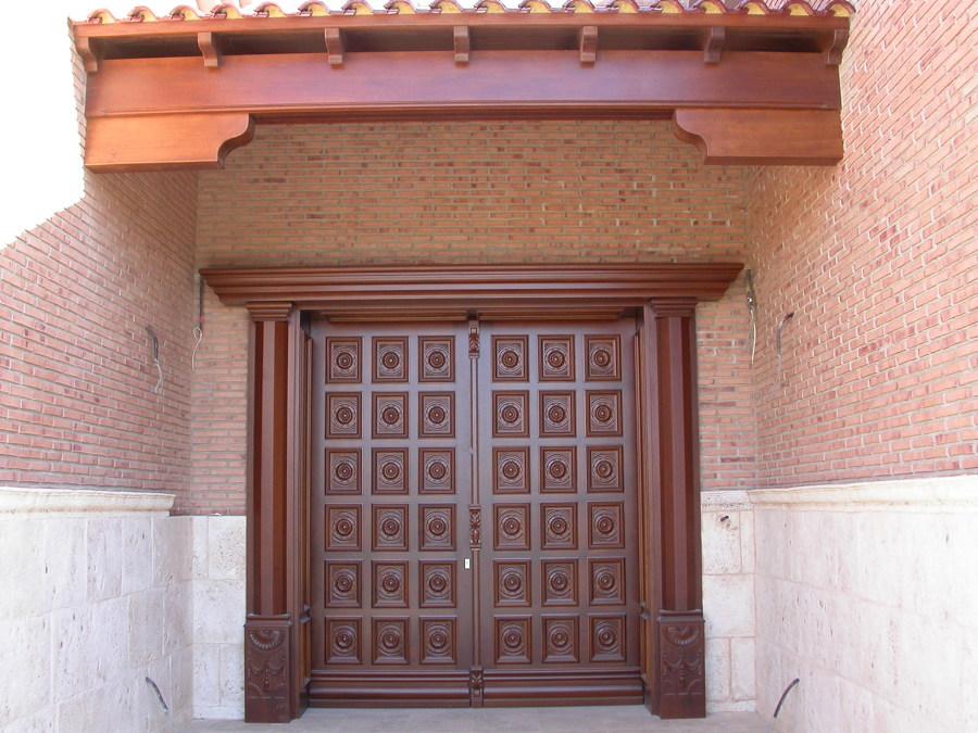 Puerta Calle 2 hojas con tallas y columnas