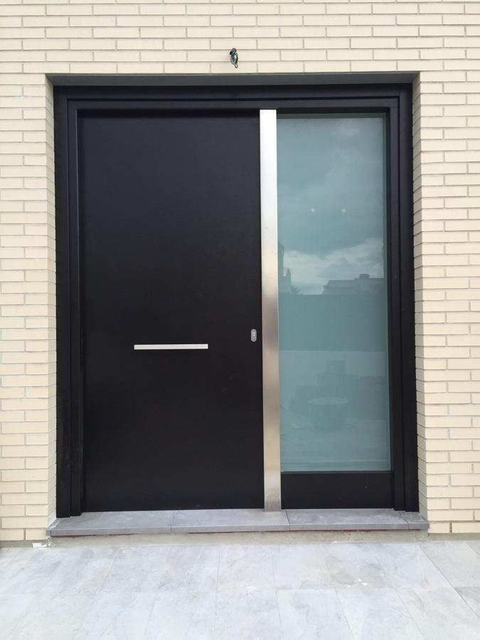 Puerta Calle lisa lacado negro con detalle de aluminio y fijo cristal