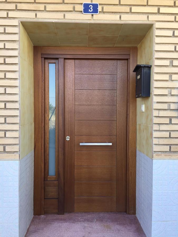 Puerta Calle madera maciza con fijo cristal