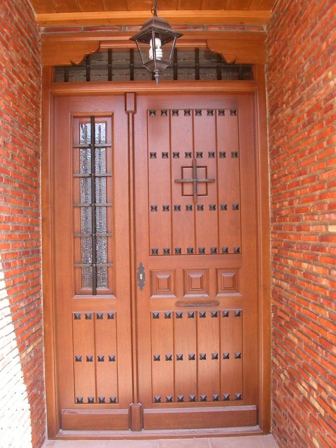 Puerta Calle rústica con clavos y reja de forja