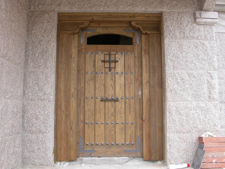 Puerta Calle rústica con ménsulas talladas
