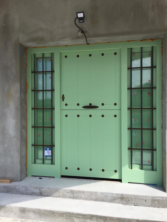 Puerta calle rústica partida con 2 fijos lacado verde