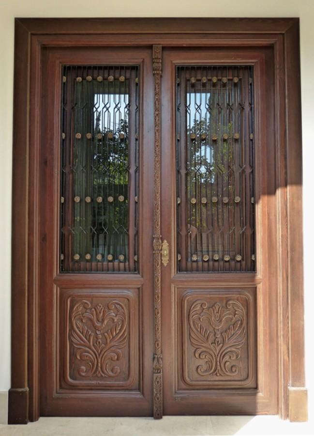 Puerta con cristalera y dos hojas.