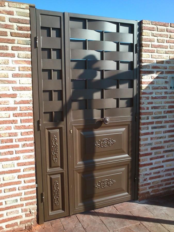 foto puerta con cuarterones y chapa entrelazada de chp