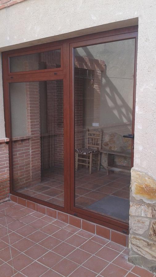 Puerta con fijo lateral en color nogal