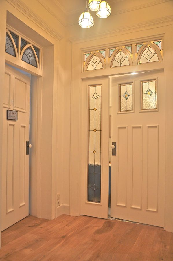 Puerta con vidriera