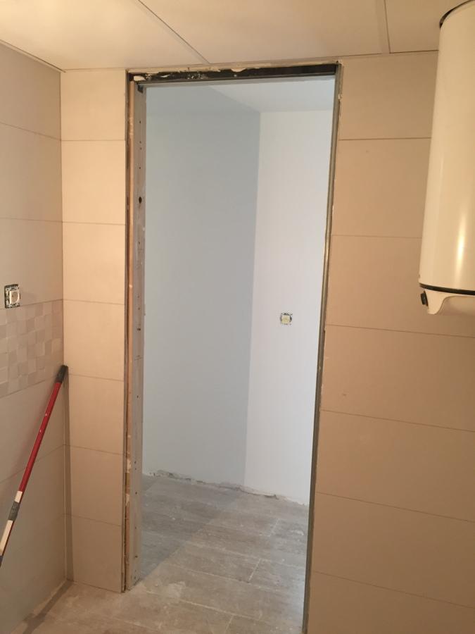 Forrar techos y cambiar puertas ideas carpinteros - Puerta corredera bano ...