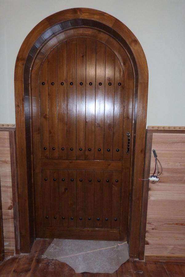 Puerta corredera con arco de medio punto, estilo rustico.