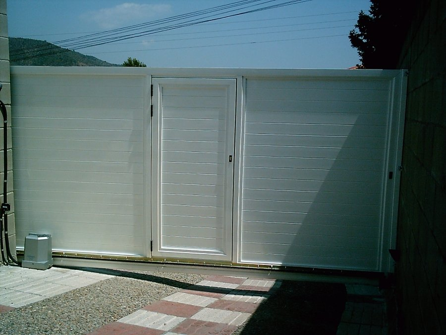 Foto puerta corredera de garaje en aluminio autoportante for Construir puerta corredera