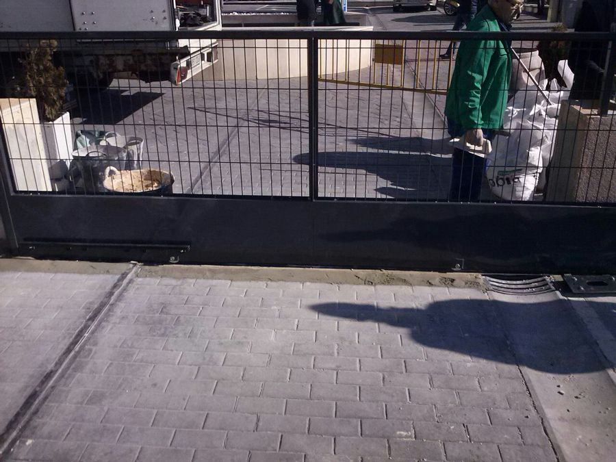 Puerta corredera del Consulado en Madrid