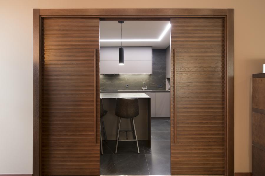 Puerta corredera doble hoja que separa la cocina del salón