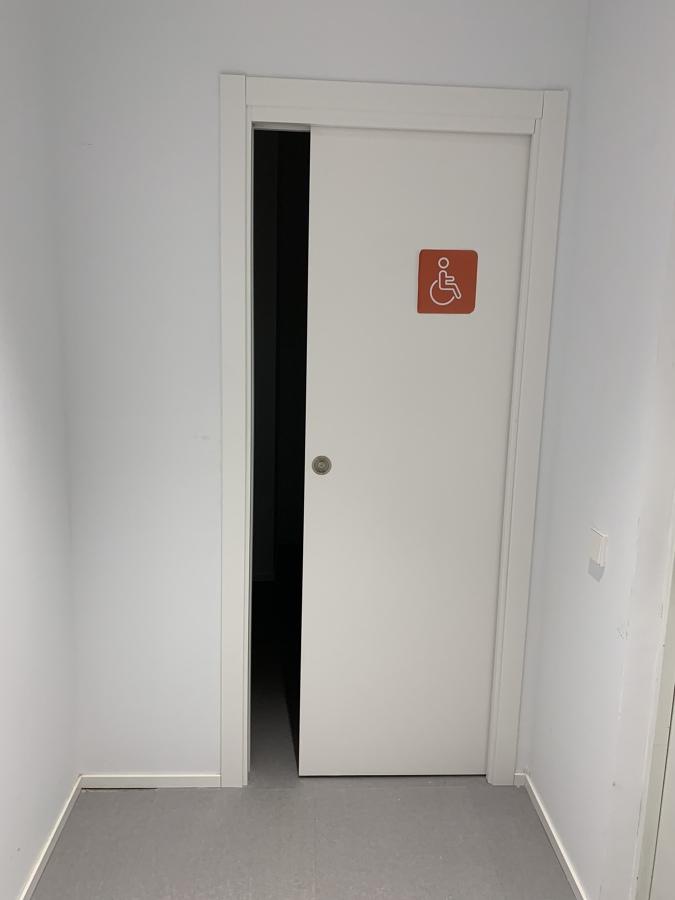 Puerta corredera embutida en tabique y con armazón metálico